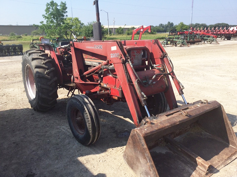 1981 INTERNATIONAL 584 TRACTOR WITH LOADER